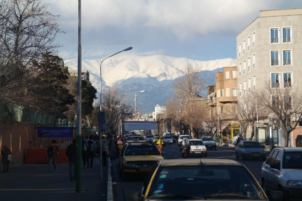 Ulice Teheranu, w oddali masyw Elburs